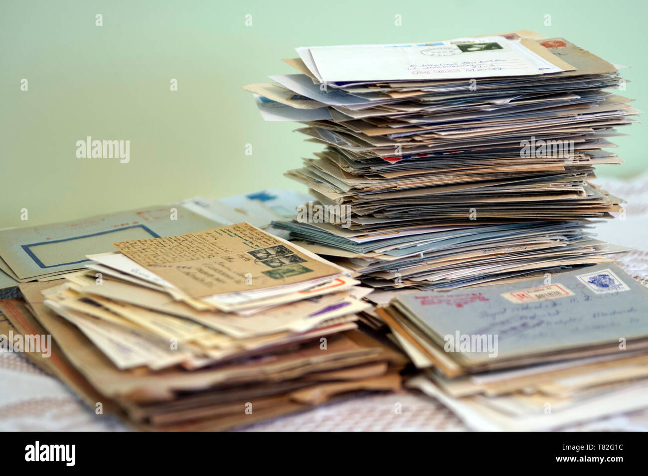 Dozens of old letters in close-up. Old letters lying in a mess. Alte Briefe in Unordnung liegen. Dutzende alter Briefe in Nahaufnahme. Stare listy. Stock Photo
