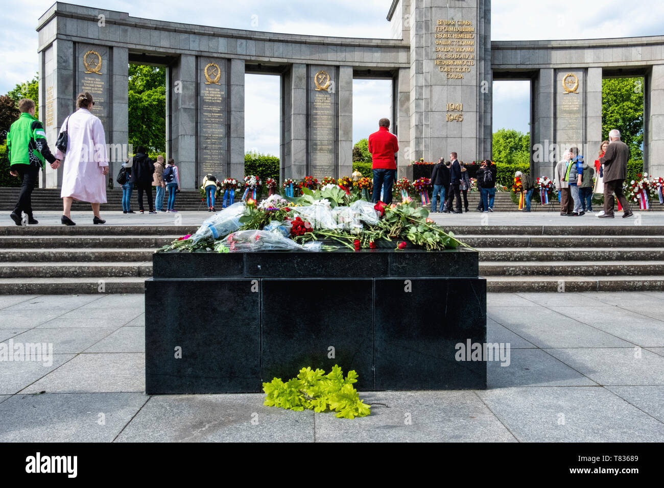 Germany, Berlin, Tiergarten, 8th May 2019, Soviet soldiers are remembered in a wreath-laying ceremony on the anniversary of VE Day on the 8 May. Official bodies lay floral wreaths and people deposit floral tributes and candles around the monument. The Soviet Memorial in Tiergarten commemorates the 80,000 Soviet soldiers who fell during the Battle of Berlin in the last weeks of the Second World War in Germany. The war memorial on Straße des 17. Juni was designed by architect Mikhail Gorvits with the sculpture of the Soviet soldier by sculptors Vladimir Tsigal and Lev Kerbel. Stock Photo
