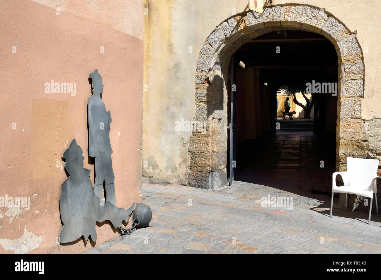 France, Var, Toulon, little Chicago district, sculpture representing convicts at the exit of the passage Baboulene - Stock Image