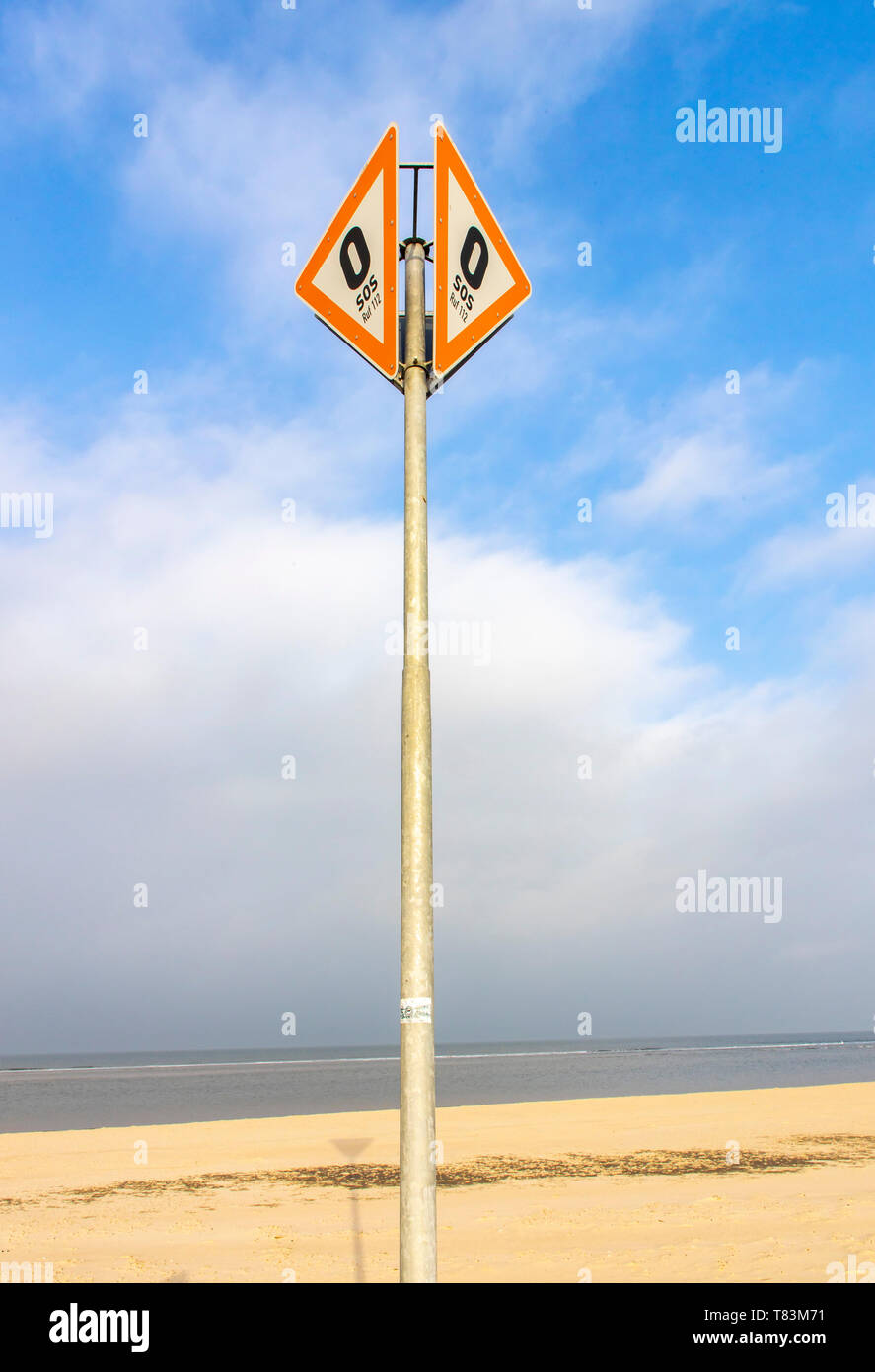 East Frisian Nordsee Insel Spiekeroog, Nationalpark Wattenmeer, im Winter, SOS, Notruf Zeichen, Strandabschnitt - Stock Image