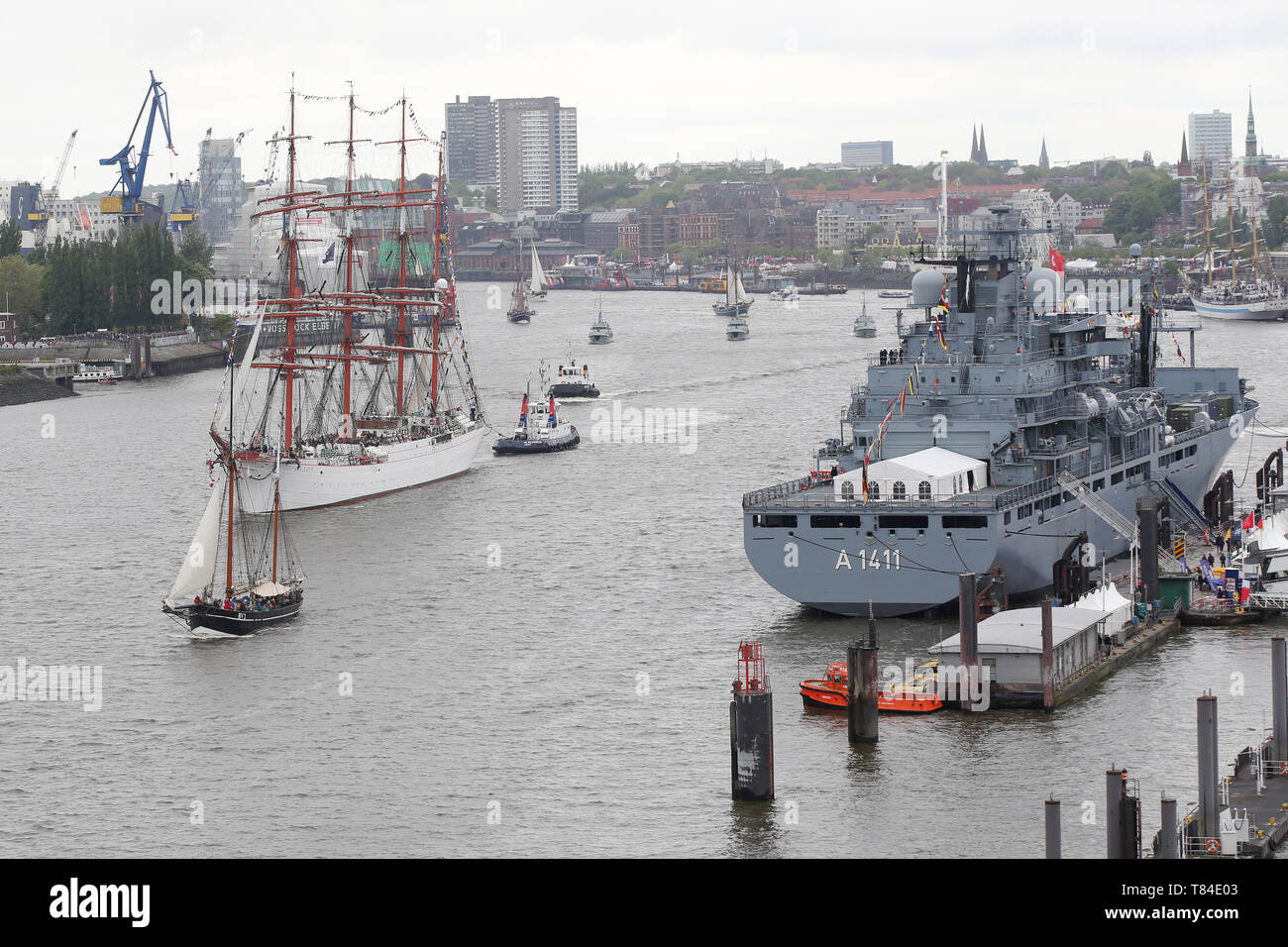 Hamburg, Germany. 10th May, 2019. The Russian tall ship Sedov (l) sails along the A1411 during the entry parade of the harbour birthday on the Elbe. The 830th Hamburg Harbour Birthday has begun. The people of Hamburg regard 7 May 1189 as the birthday of their port - at that time the citizens of Hamburg were granted duty-free access for their ships on the Elbe from the city to the North Sea. It is considered the world's largest harbour festival. Credit: Bodo Marks/dpa/Alamy Live News - Stock Image