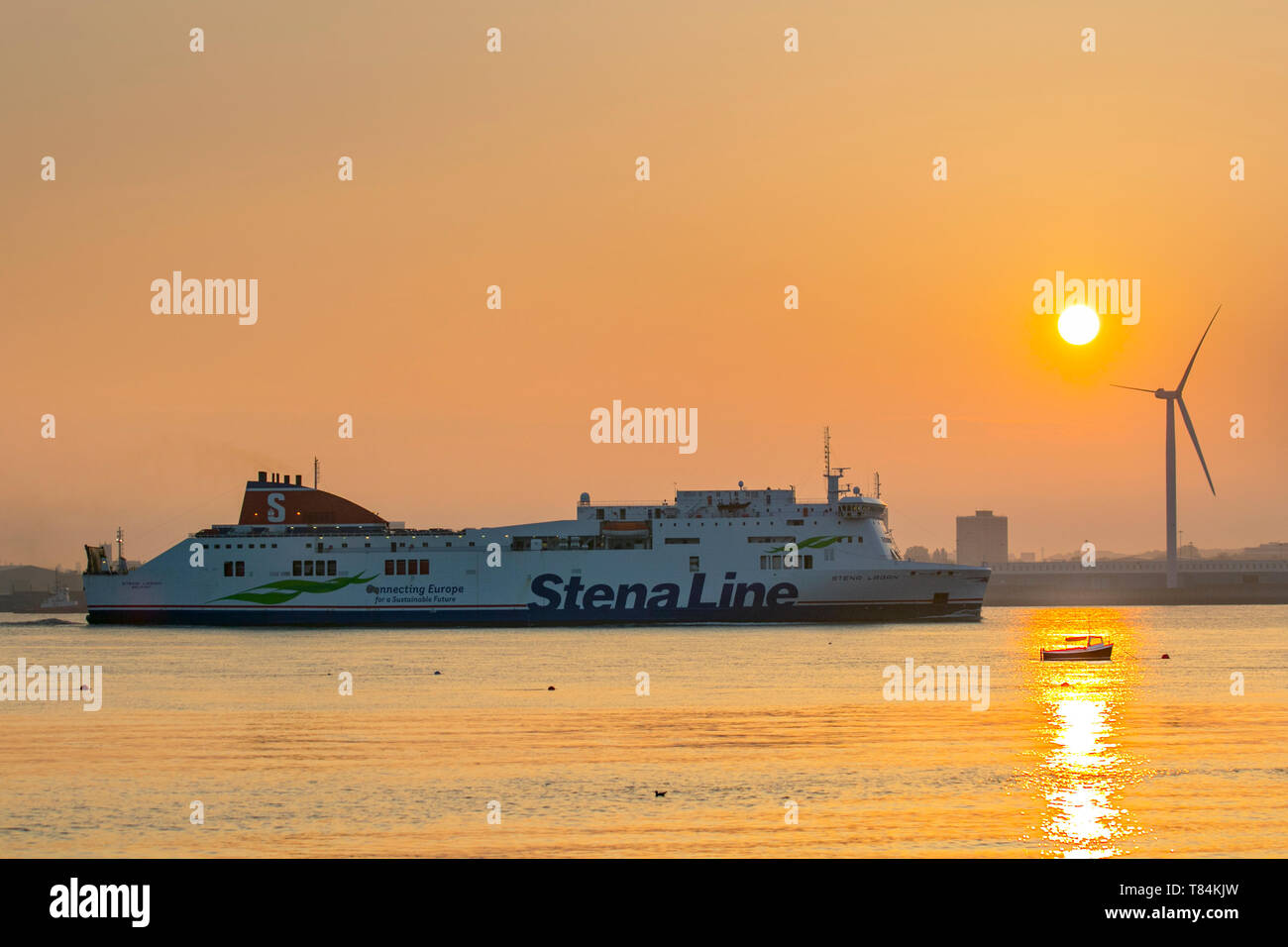 Liverpool, Merseyside. 11th May, 2019. UK Weather: Bright, Hazy start to the day as the sun rises over the River Mersey, docks and harbour. Credit: MediaWorldImages/Alamy Live News - Stock Image