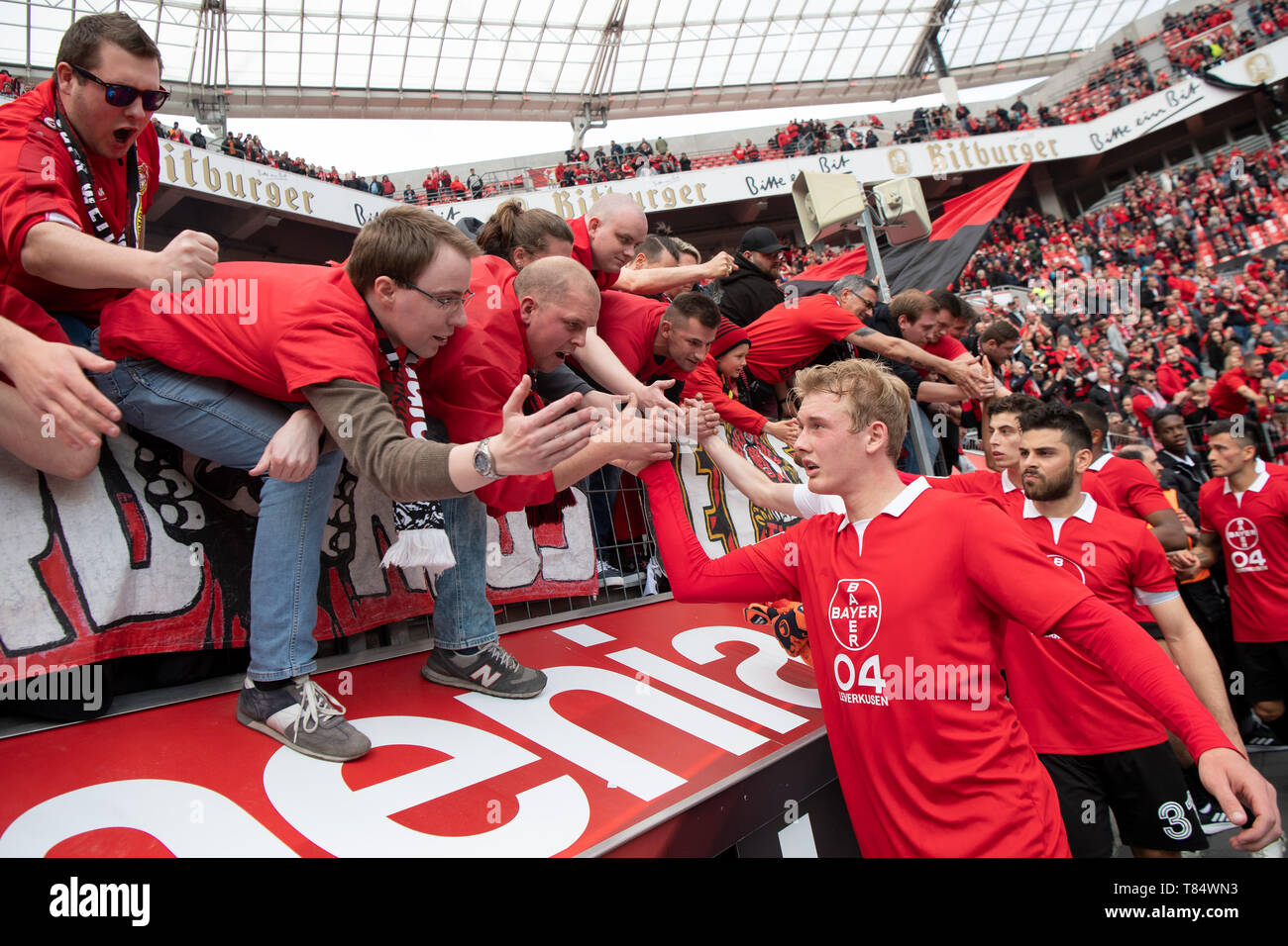 Leverkusen, Germany. 11th May, 2019. Soccer: Bundesliga, Bayer Leverkusen - FC Schalke 04, 33rd matchday in the BayArena. Leverkusen's Julian Brandt (centre r) claps his hands with the fans in the stands. Credit: Federico Gambarini/dpa - IMPORTANT NOTE: In accordance with the requirements of the DFL Deutsche Fußball Liga or the DFB Deutscher Fußball-Bund, it is prohibited to use or have used photographs taken in the stadium and/or the match in the form of sequence images and/or video-like photo sequences./dpa/Alamy Live News - Stock Image