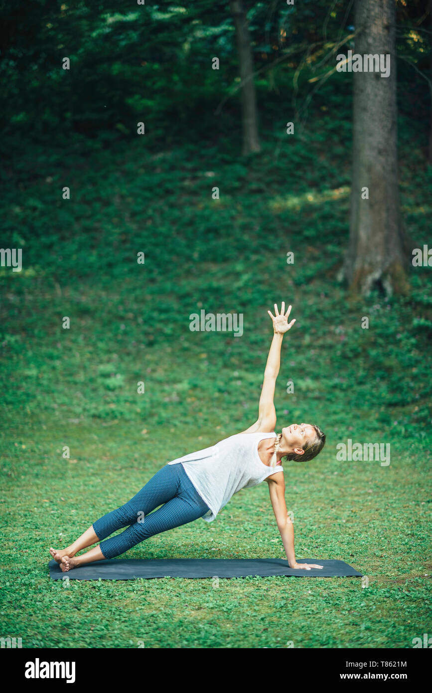 Yoga side plank - Stock Image