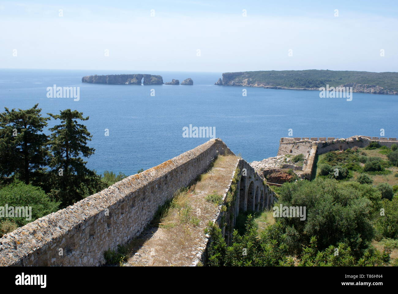 The fortified walls of Niokastro castle and Navarino Bay, Pylos, Peloponnese, Greece - Stock Image