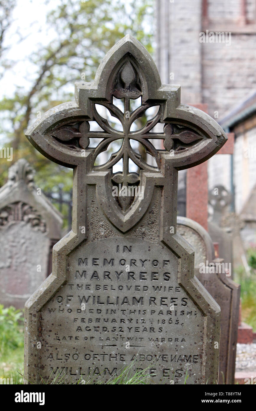 Unusual headstone cross with decorative pierced stonework. - Stock Image