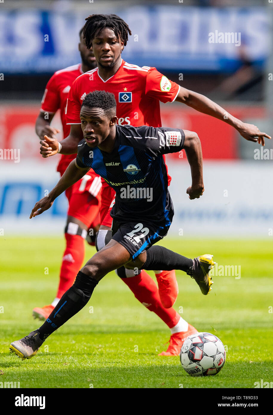 Paderborn, Germany. 12th May, 2019. Soccer: 2nd Bundesliga, SC Paderborn 07 - Hamburger SV, 33rd matchday in the Benteler Arena. Paderborn's Christopher Antwi-Adjej (front) and Hamburg's Gideon Jung fight for the ball. Credit: Guido Kirchner/dpa - IMPORTANT NOTE: In accordance with the requirements of the DFL Deutsche Fußball Liga or the DFB Deutscher Fußball-Bund, it is prohibited to use or have used photographs taken in the stadium and/or the match in the form of sequence images and/or video-like photo sequences./dpa/Alamy Live News - Stock Image