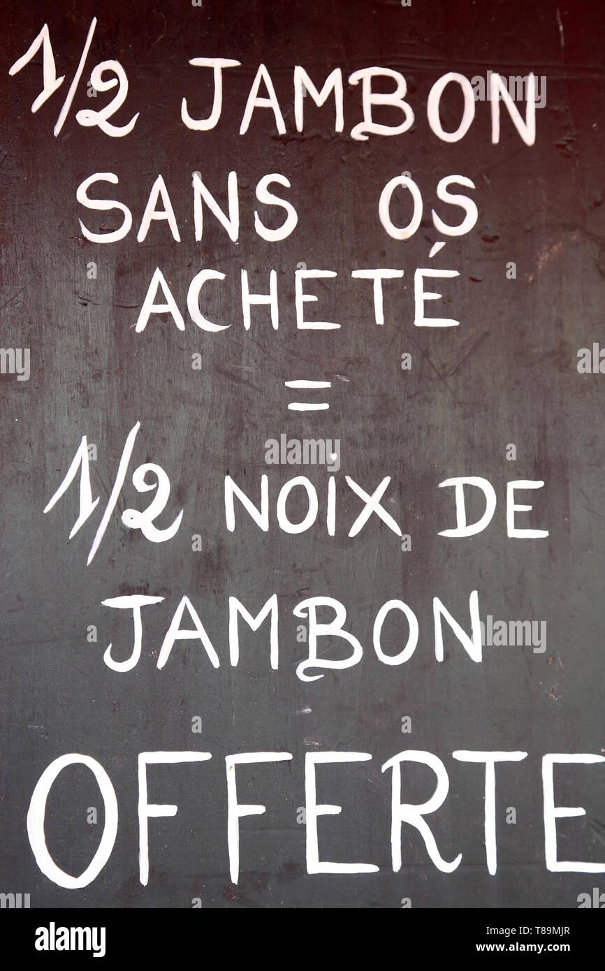 Panneau promotionnel : '1/2 jambon sans os achetŽ = 1/2 noix de jambon offerte'. - Stock Image