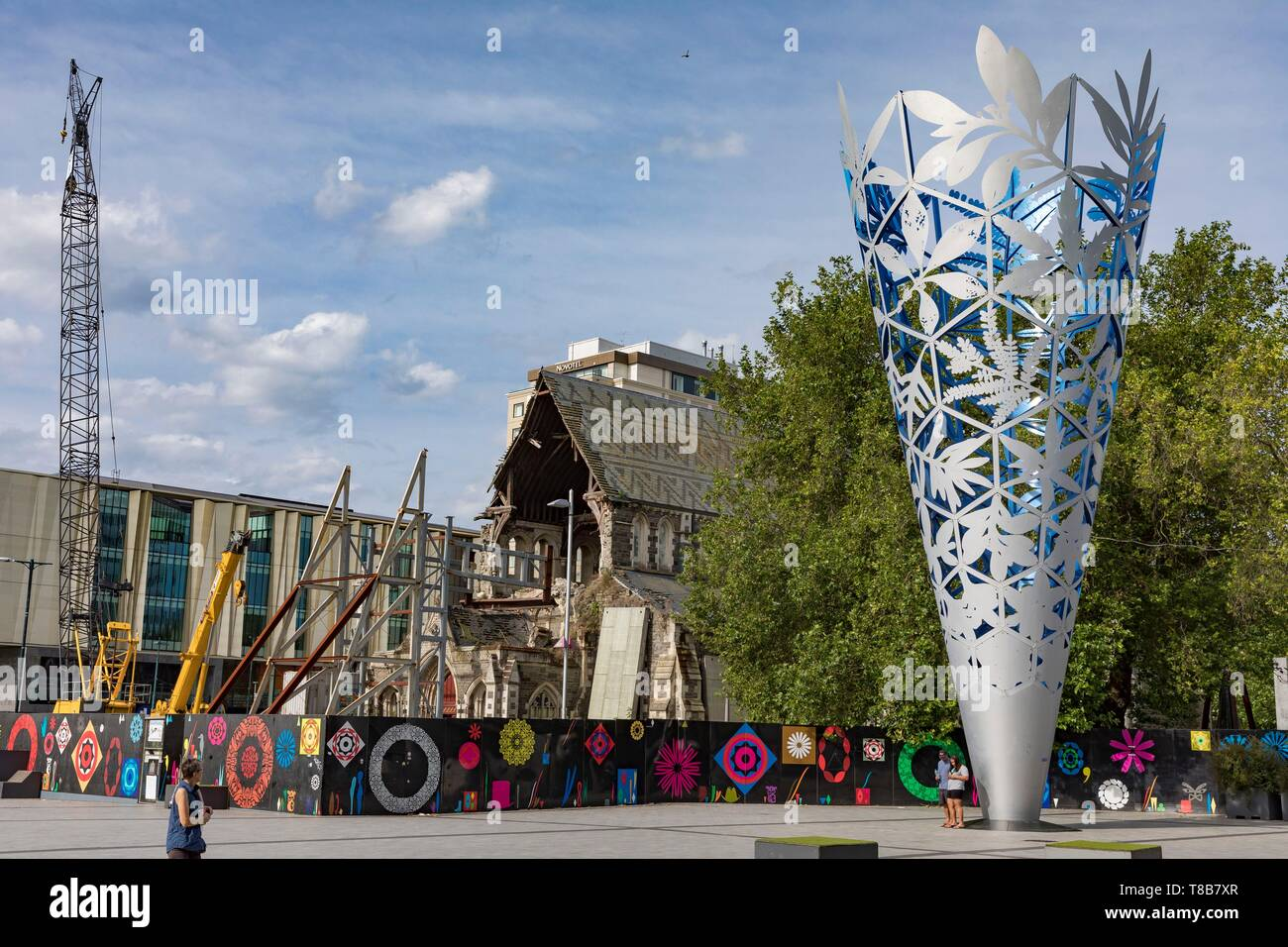 New Zealand, South Island, Canterbury Region, Christchurch, Cathedral Square, the Chalice, Neil Dawson sculpture, 2001, and the ruins of Christchurch cathedral - Stock Image