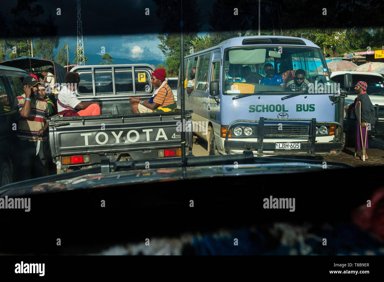 Papua New Guinea, Enga Province, Enga tribe, Wabag region, road traffic seen from a PMV - Stock Image