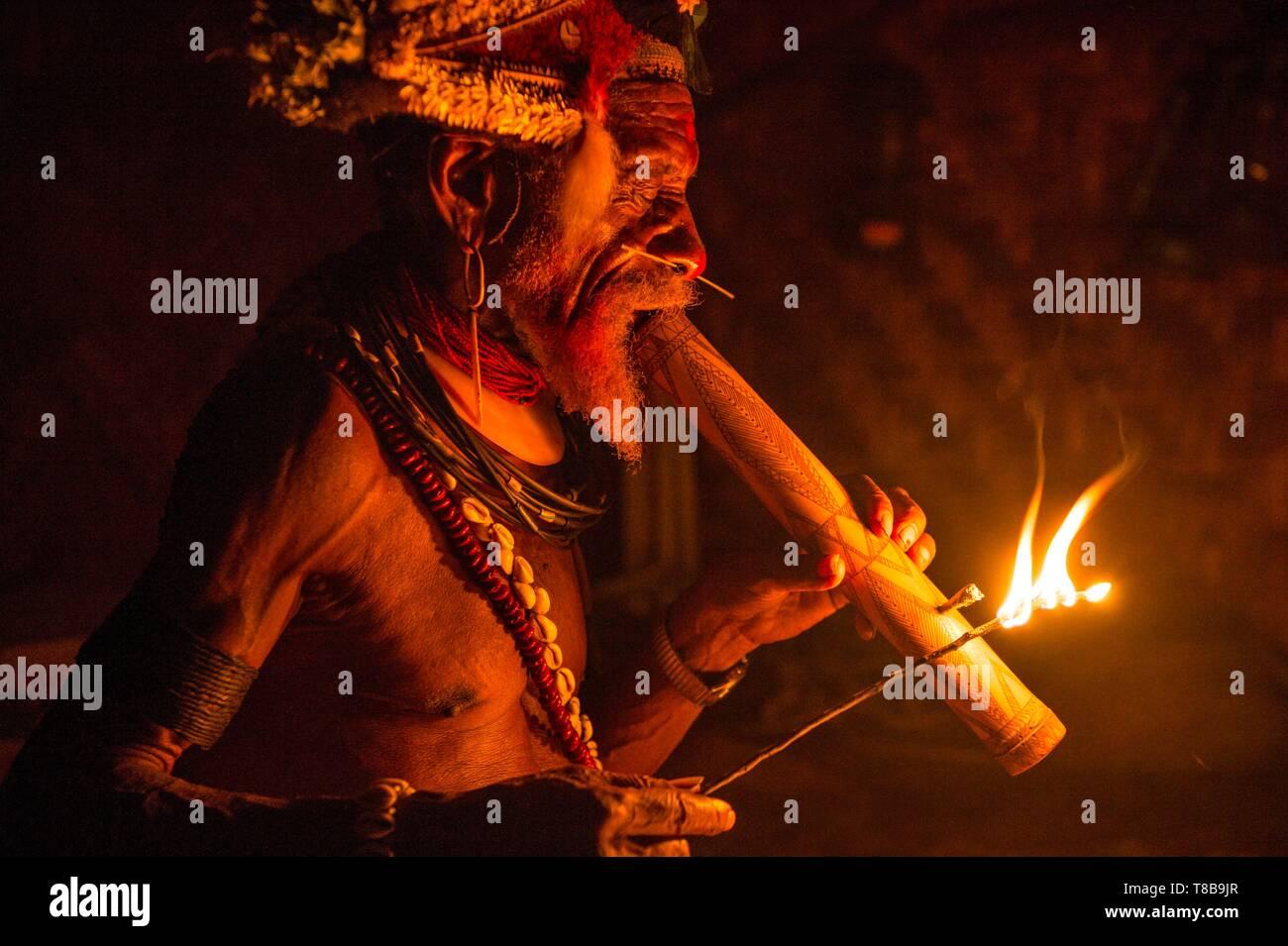 Papua New Guinea, Hela province, Huli tribe, Tari area, Kobe Tumbiali village, old chief Mene smoking with a pipe - Stock Image