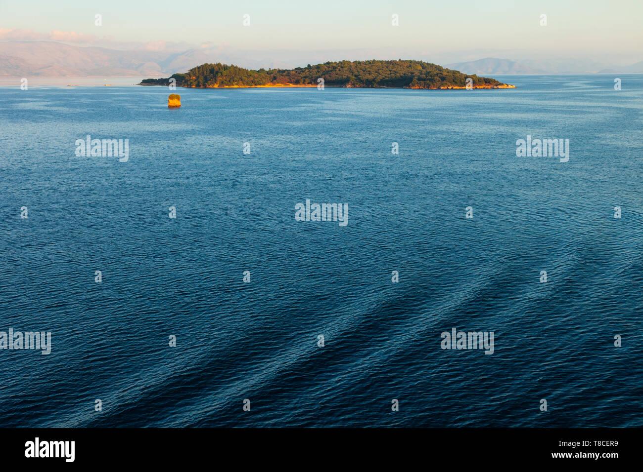Isla cercana a la Ciudad de Corfú, Isla Corfú, Islas Jónicas, Grecia, Mar Mediterráneo - Stock Image