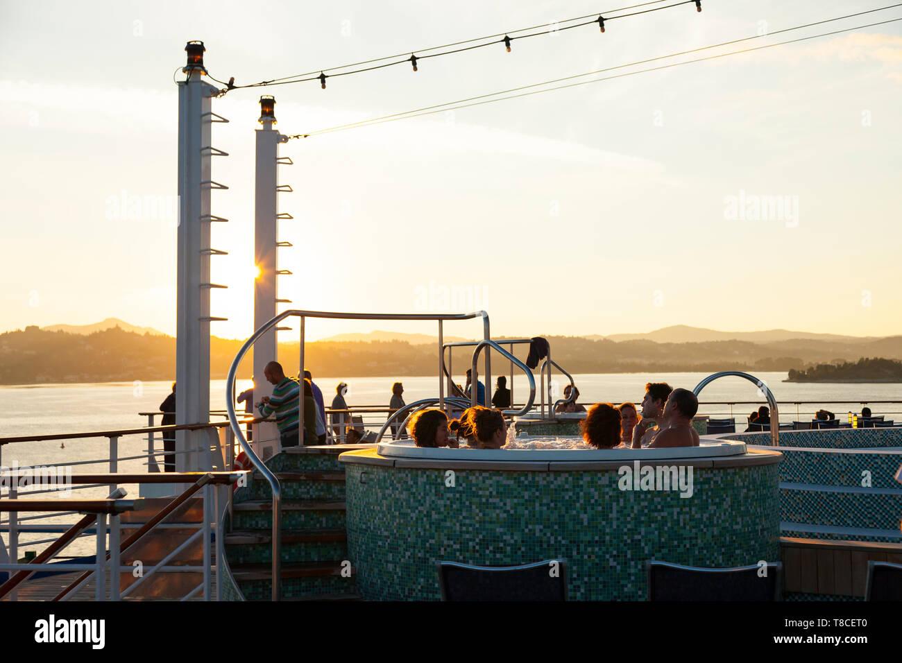 Jacuzzi en el crucero, Isla Corfú, Islas Jónicas, Grecia, Mar Mediterráneo - Stock Image