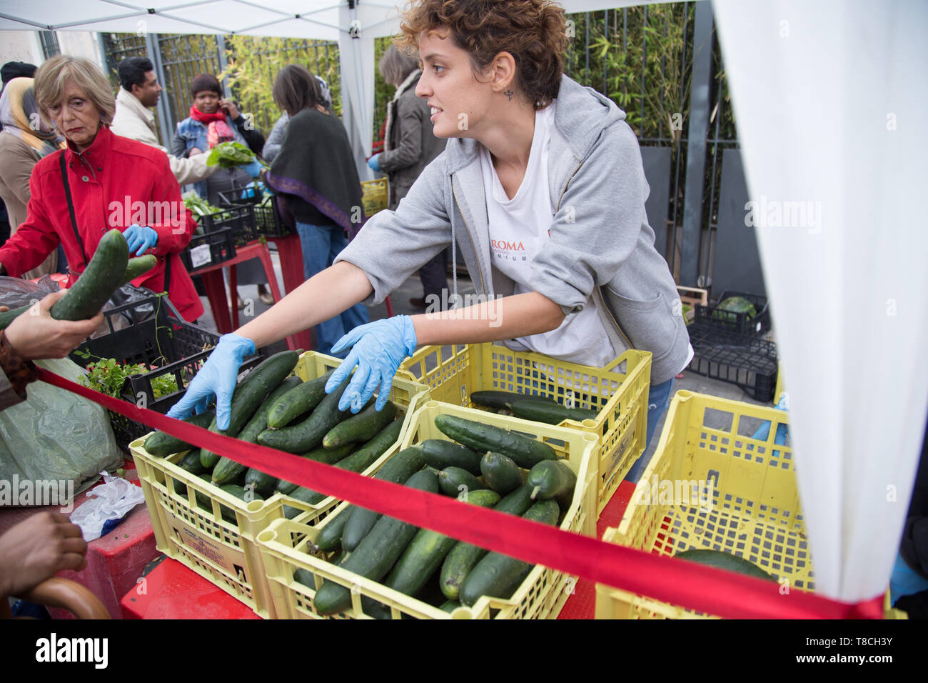 Roma, Italy. 11th May, 2019. An Italian volunteer distributes food A project organized by the Eco dalle Città association with the sponsorship of the I municipality to the new Esquilino market in Rome Credit: Matteo Nardone/Pacific Press/Alamy Live News - Stock Image