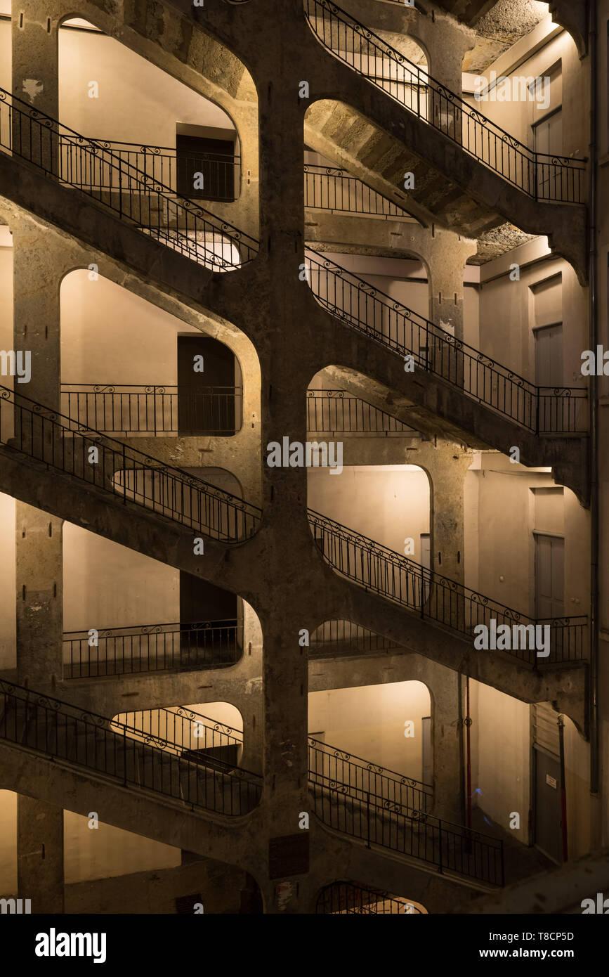 Traboules (französisch. V. latein.: transambulare über vulgärlat. trabulare = durchqueren) sind besondere Passagen- oder Treppenhauskonstruktionen, di - Stock Image
