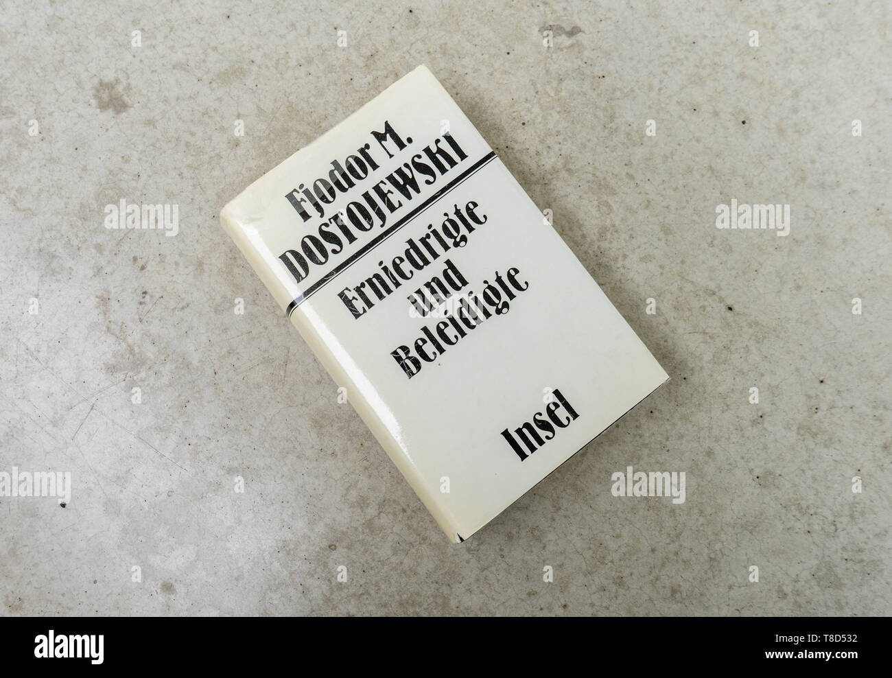 A copy of the classic novel 'Erniedrigte und Beleidigte' by Russian author Fjodor Dostojewski (Humiliated and Insulted by Fyodor Dostoyevsky) - Stock Image
