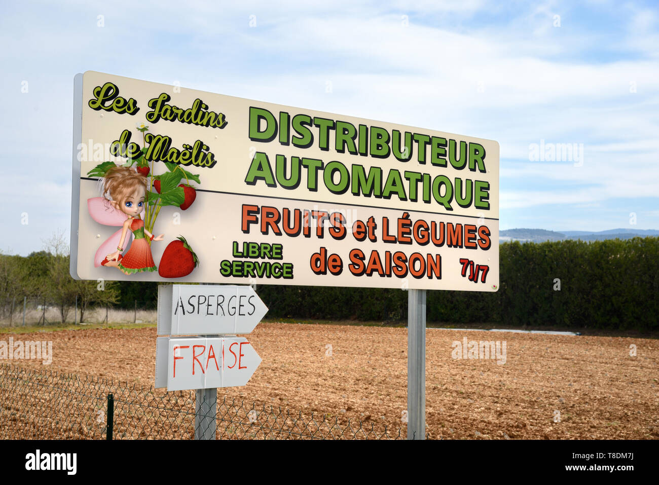 Roadside Sign for Self-Service Fresh Fruit and Vegetable Vending Machine or Automatic Distributor Bonnieux Luberon Provence France - Stock Image