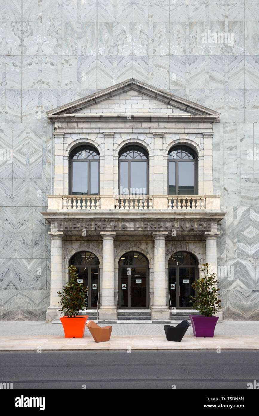 Neo-Classical Entrance (c19th) in Wall of Contemporary Theatre, the Théâtres de l'Esplanade, on the High Street Draguignan Provence France - Stock Image