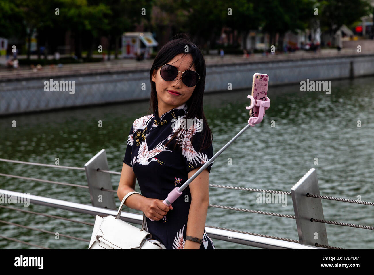 A Young Female Tourist Taking A Selfie, Singapore, South East Asia - Stock Image
