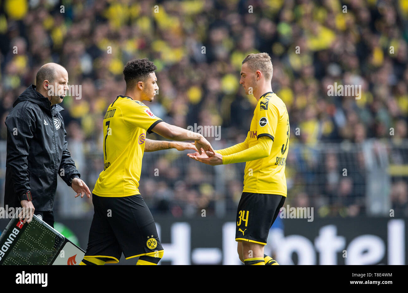 Dortmund, Deutschland. 11th May, 2019. Substitutions Jacob BRUUN LARSEN r. (DO) walks for Jadon SANCHO (DO), substitution. Soccer 1.Bundesliga, 33.matchday, Borussia Dortmund (DO) - Fortuna Dusseldorf (D) 3: 2, 11.05.2019 in Dortmund/Germany. ## DFL regulations prohibit any use of photographs as image sequences and/or quasi-video ## ¬   usage worldwide Credit: dpa/Alamy Live News - Stock Image