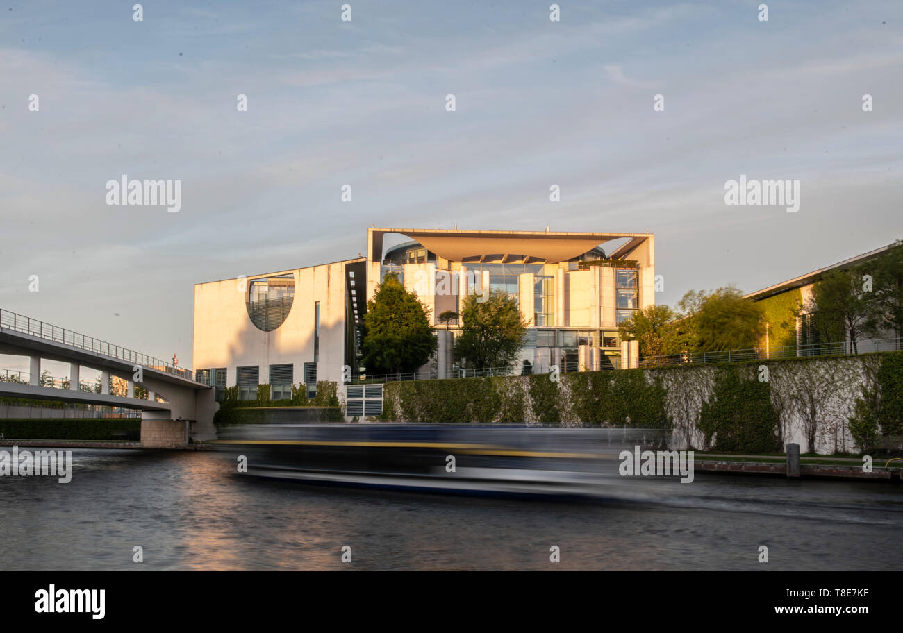 Berlin, Germany. 12th May, 2019. The Federal Chancellery shines in the light of the setting sun. (Shooting with long exposure) Credit: Paul Zinken/dpa/Alamy Live News - Stock Image