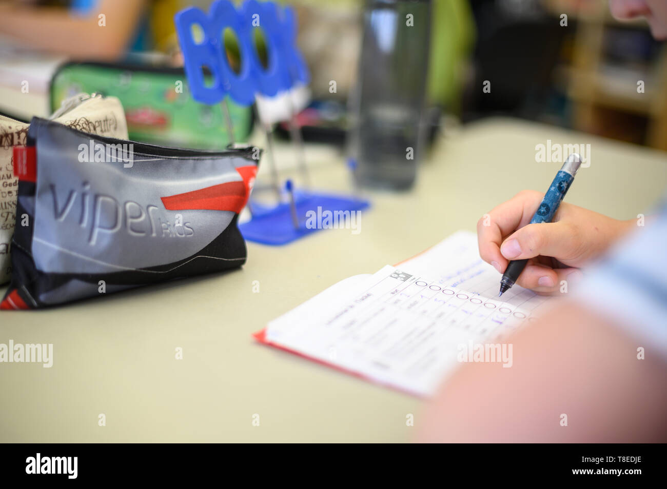 Remshalden, Germany. 13th May, 2019. A student at a primary school writes words in her notebook. Together with Schleswig-Holstein and Hamburg, Baden-Württemberg's Minister of Education, Eisenmann, would like to focus more on spelling in schools. Credit: Sebastian Gollnow/dpa/Alamy Live News - Stock Image