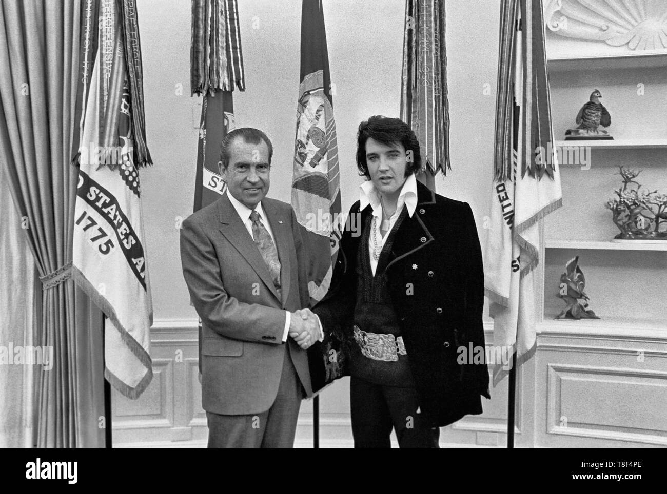 Elvis Presley meeting Richard Nixon. On December 21, 1970, at his own request, Presley met then-President Richard Nixon in the Oval Office of The White House. Elvis is on the right. Waggishly, this picture is said to be 'of the two greatest recording artists of the 20th century'. - Stock Image