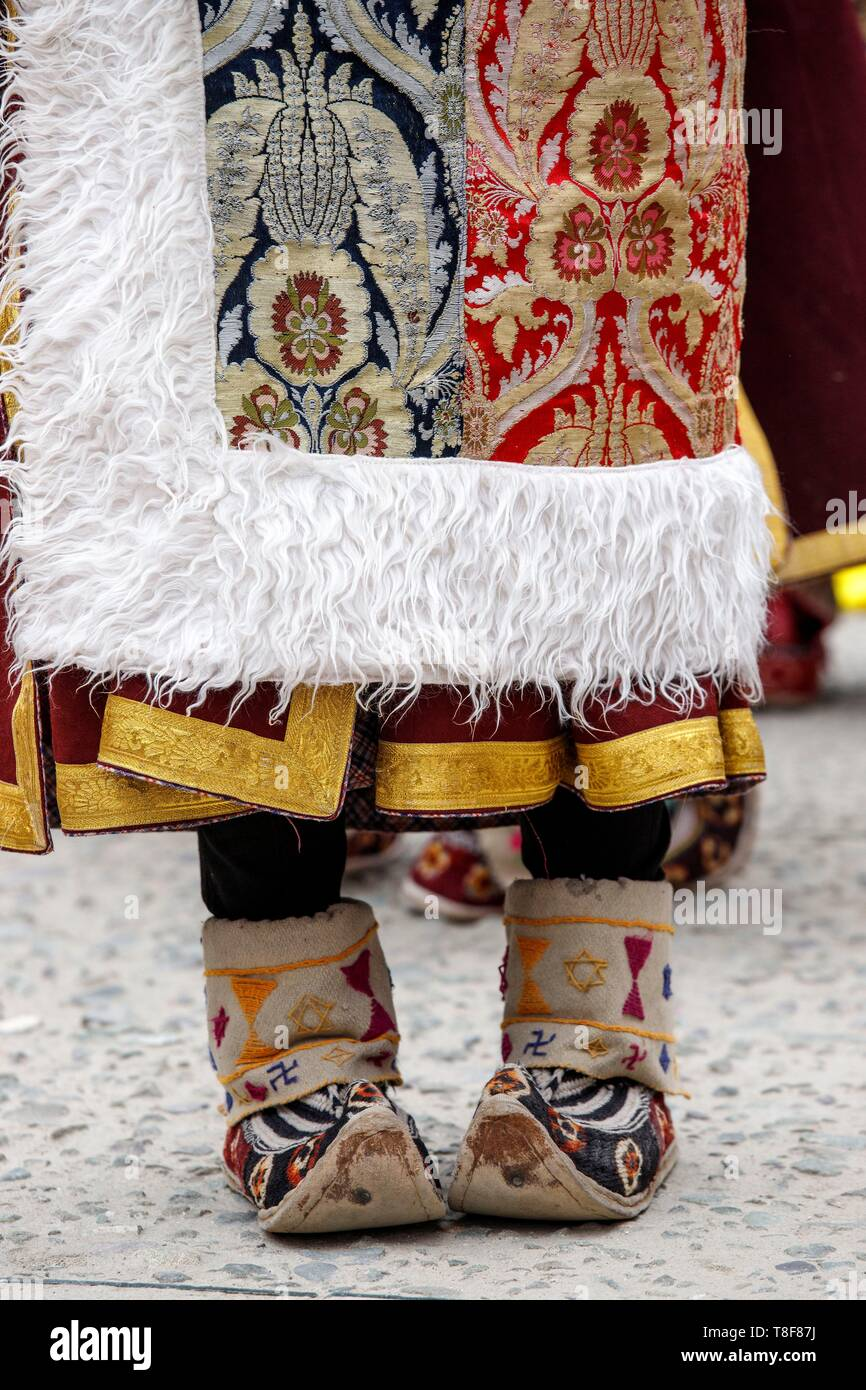 India, state of Jammu and Kashmir, Himalaya, Ladakh, Indus Valley, Leh, annual Ladakh Festival, wife of a cultural troupe from the Stok region wearing a silk brocade and fur garment and wearing pabus ( embroidered felt shoe or woven wool) - Stock Image