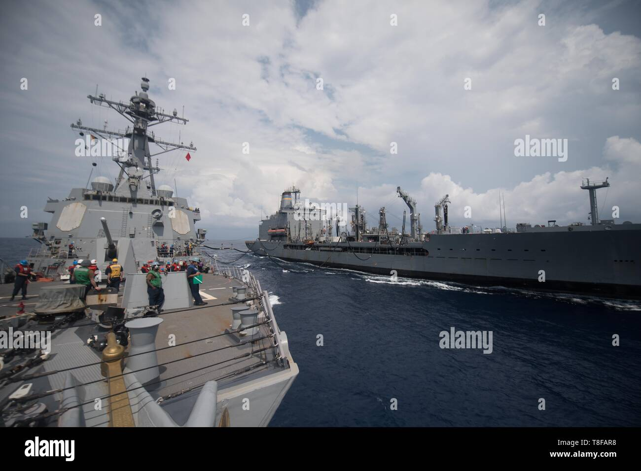 190509-N-OW019-1103 SOUTH CHINA SEA (May 9, 2019) Sailors aboard the guided-missile destroyer USS Chung-Hoon (DDG 93) conduct a replenishment-at-sea with the fleet replenishment oiler USNS Guadalupe (T-AO 200). Chung-Hoon is deployed to the U.S. 7th Fleet area of operations in support of security and stability in the Indo-Pacific region. (U.S. Navy photo by Mass Communication Specialist 2nd Class Logan C. Kellums) - Stock Image