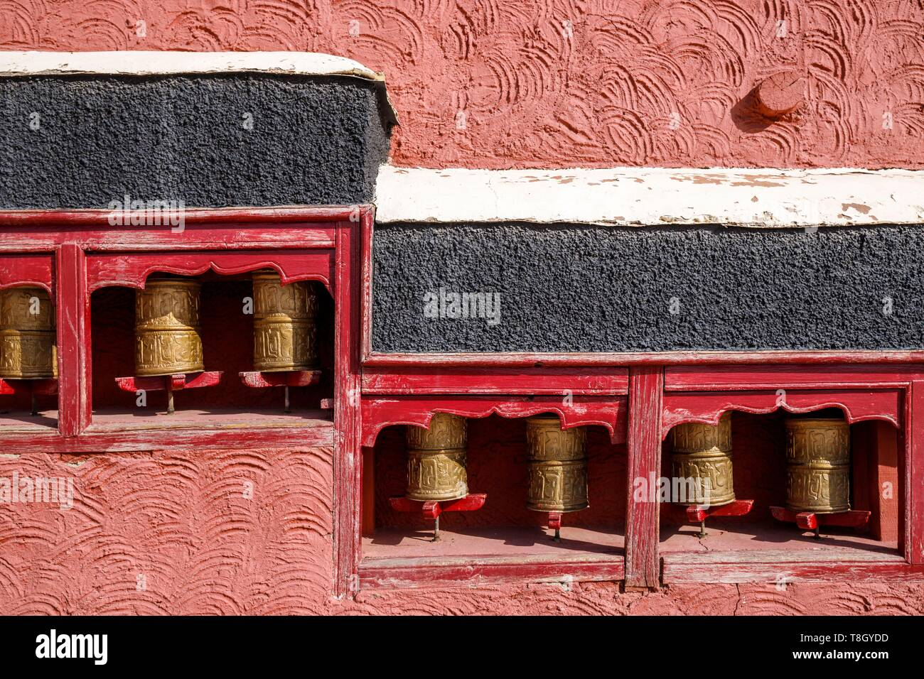 India, state of Jammu and Kashmir, Himalaya, Ladakh, Indus valley, alignment of prayer mills of Thiksey gompa (monastery) - Stock Image