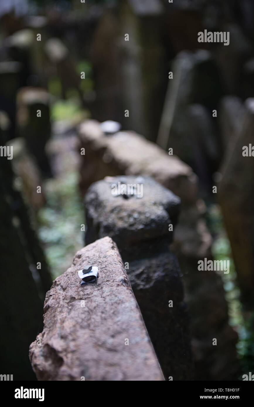 Czech Republic, Praha, listed as World Heritage by UNESCO, Jewish Quarter of Josefov, grave in the jewish cemetery, detail of a paper under a stone for a wish - Stock Image