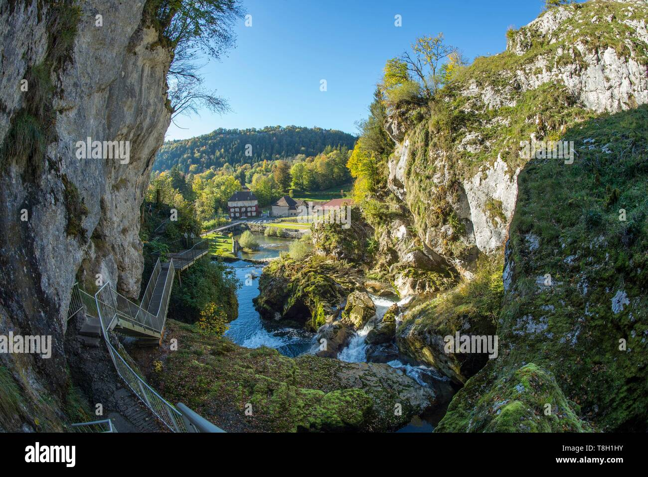 France, Jura, the losses of the river Ain with Village of Sirod - Stock Image