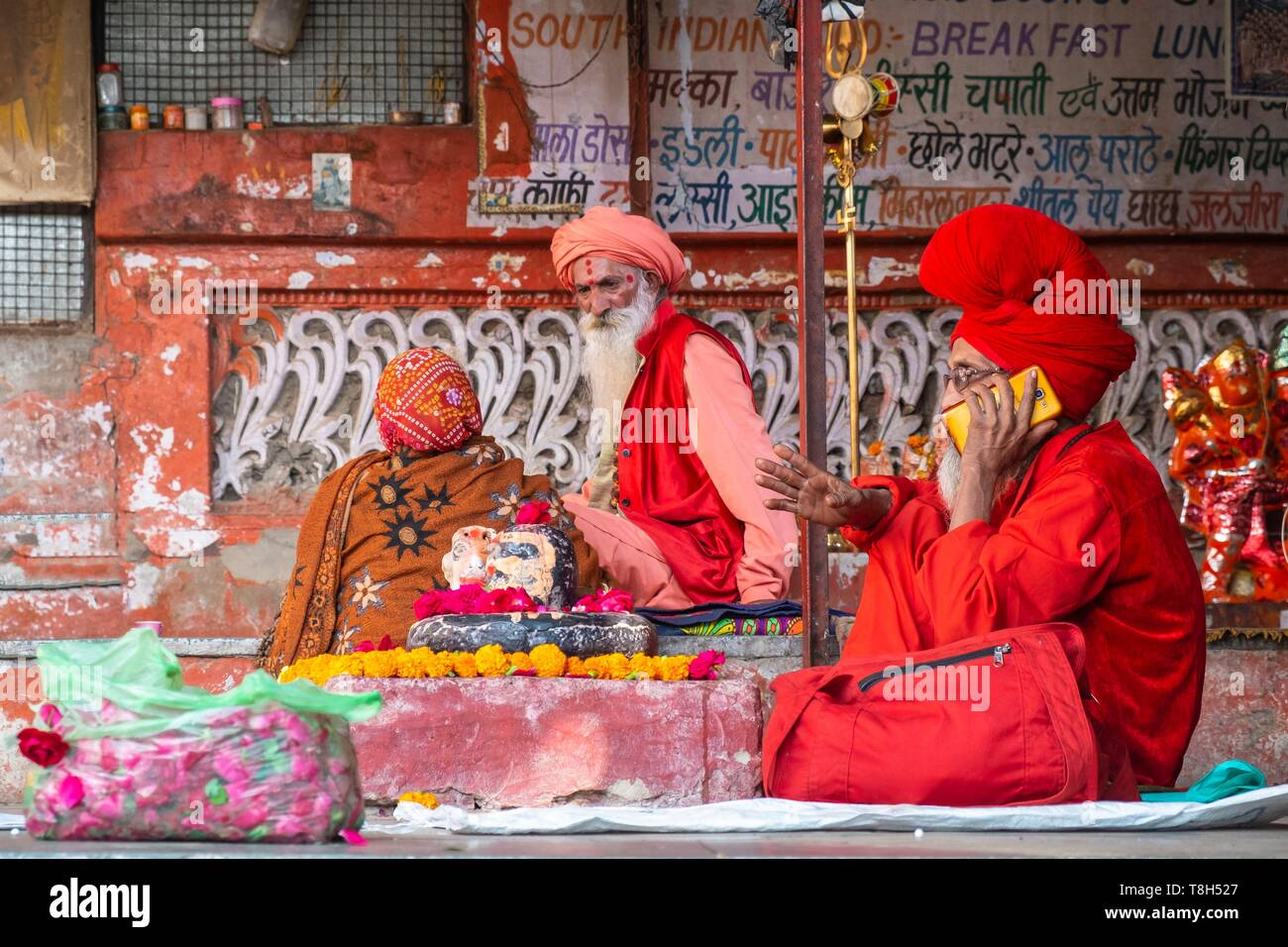India, Rajasthan, Pushkar, holy city for Hindus, saddhus at the foot of Brahma (or Jagatpita Brahma) temple - Stock Image