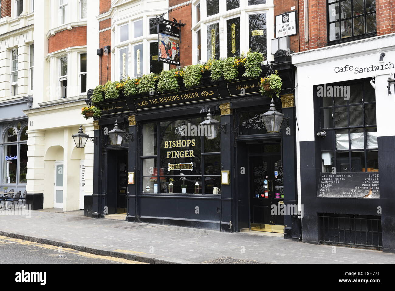 The Bishops Finger pub, 9-10 W Smithfield, Farringdon, London EC1A 9JR. Classic, informal pub with real ales on tap and meat sourced from nearby Smith - Stock Image
