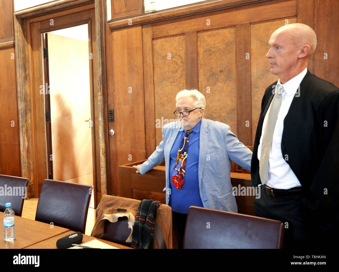 Duisburg, Germany. 13th May, 2019. The publicist Henryk M. Broder (l), who is accused of insulting, and his lawyer Joachim Steinhöfel are waiting for the trial to begin. In September 2016, at the request of the weekly newspaper 'Junge Freiheit', Broder had said about the Islamic scholar Lamya Kaddor that she had 'a gossip on her hands'. Broder appealed against an order of punishment, which is why the trial is now at trial. Credit: Roland Weihrauch/dpa/Alamy Live News - Stock Image