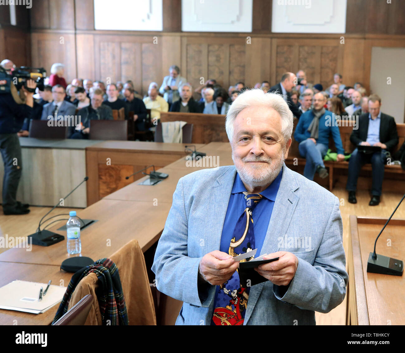 Duisburg, Germany. 13th May, 2019. The publicist Henryk M. Broder, accused of insulting, waits in the crowded courtroom for the trial to begin. In September 2016, at the request of the weekly newspaper 'Junge Freiheit', Broder had said about the Islamic scholar Kaddor that she had 'a gossip on her hands'. Broder appealed against an order of punishment, which is why the trial is now at trial. Credit: Roland Weihrauch/dpa/Alamy Live News - Stock Image