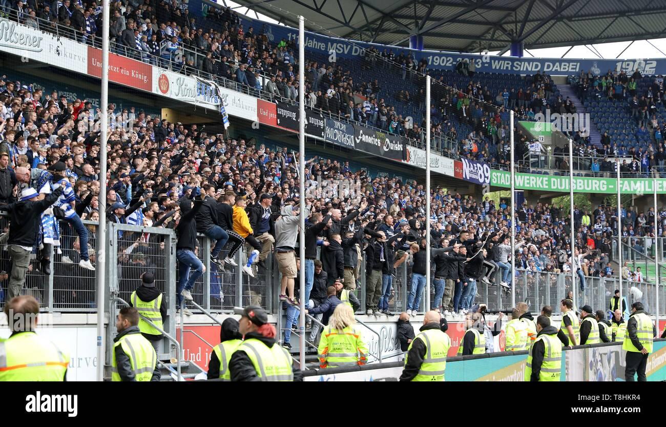 firo: 12.05.2019 Football, 2. Bundesliga, season 2018/2019 MSV Duisburg - FC Heidenheim The fans of the Duisburg Nordkurve are very upset. Relegated .... relegated !!   usage worldwide - Stock Image