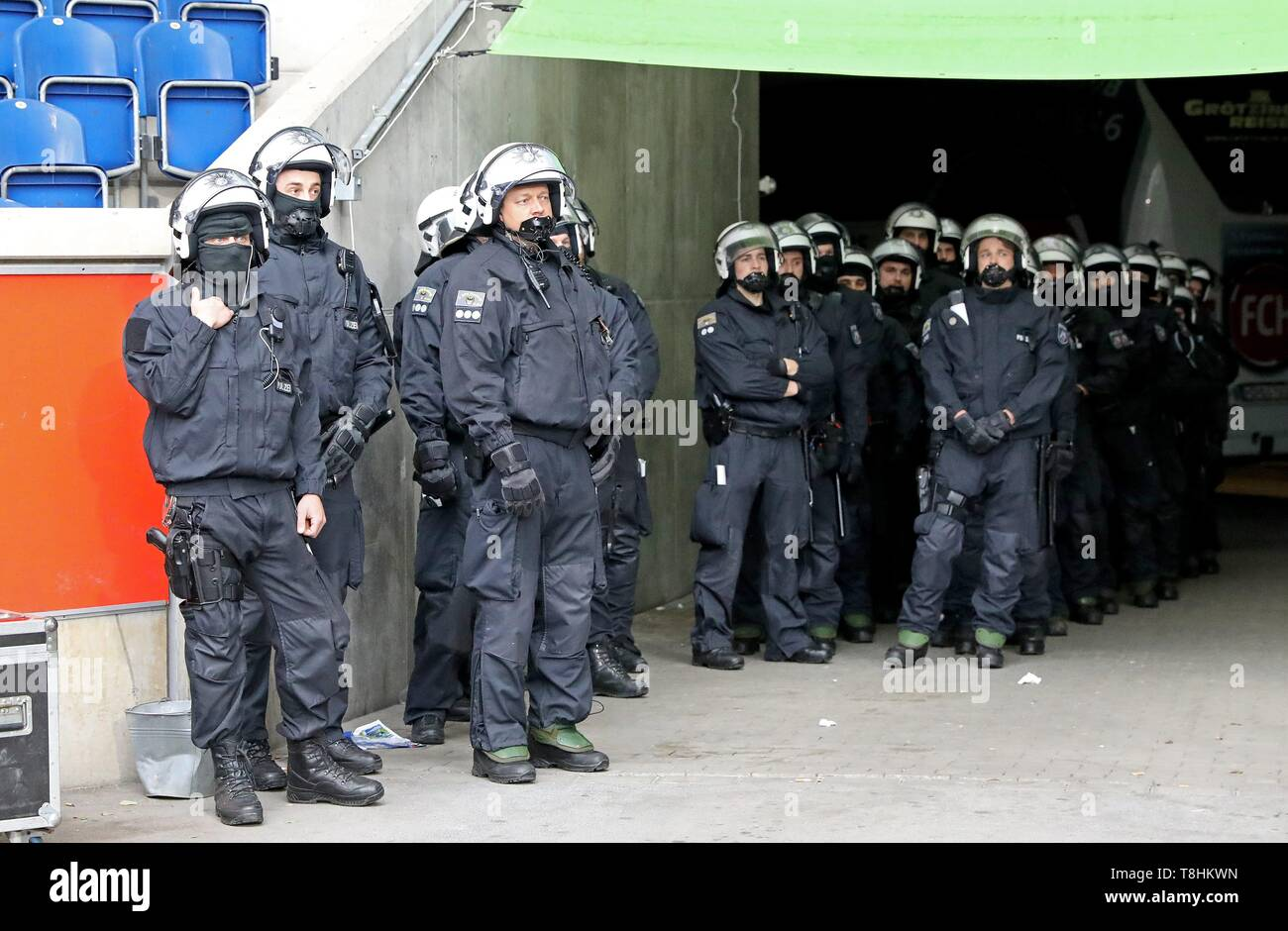 firo: 12.05.2019 Football, 2. Bundesliga, season 2018/2019 MSV Duisburg - FC Heidenheim The police are ready, if anything should escalate. | usage worldwide - Stock Image
