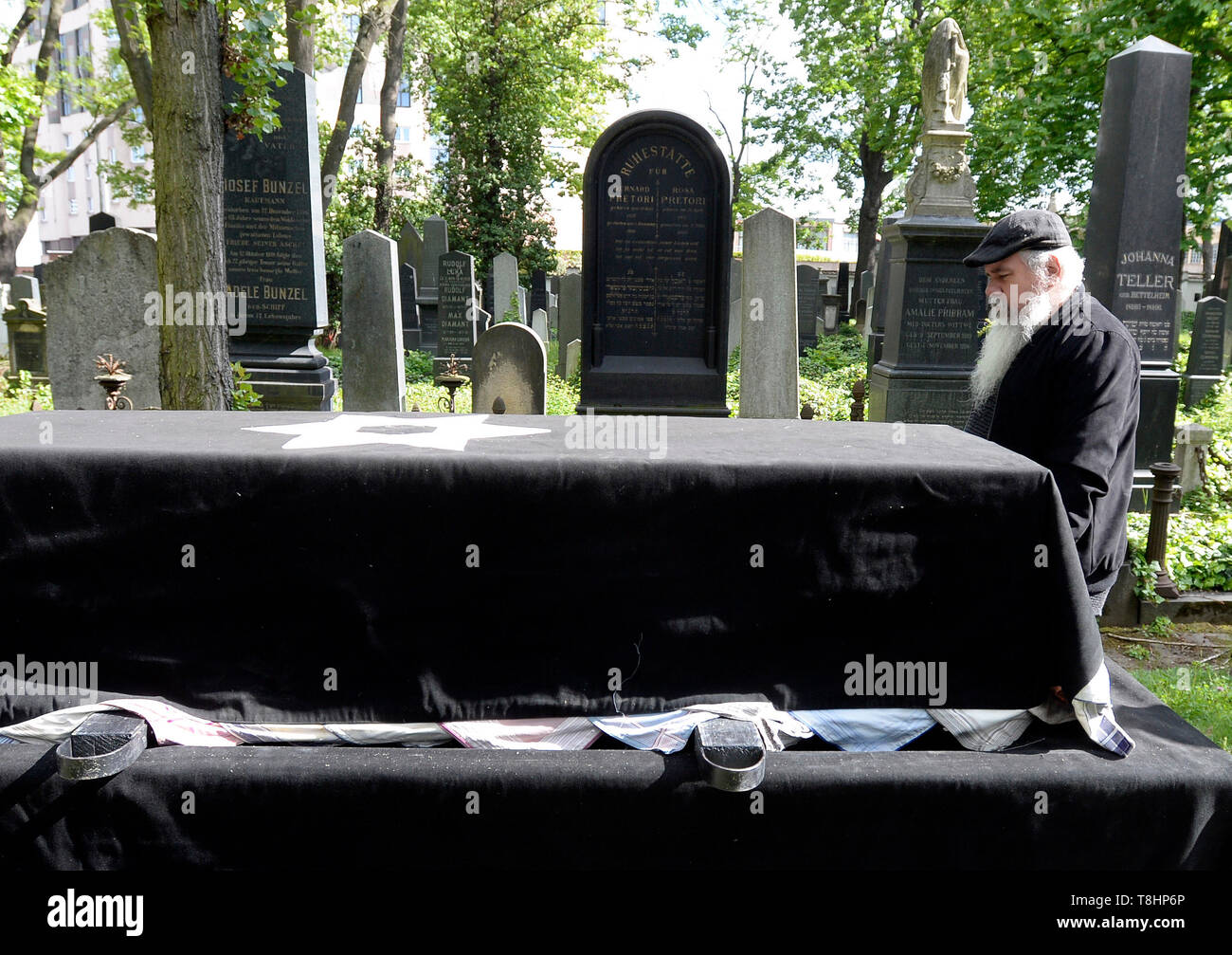 Prague, Czech Republic. 13th May, 2019. The chairman of the Prague Jewish Community and long-standing director of the Terezin (Theresienstadt) Memorial, Jan Munk, died at the age of 72 after a long disease. The funeral of Jan Munk at the New Jewish Cemetery in Prague, Czech Republic, May 13, 2019. Credit: Katerina Sulova/CTK Photo/Alamy Live News Stock Photo