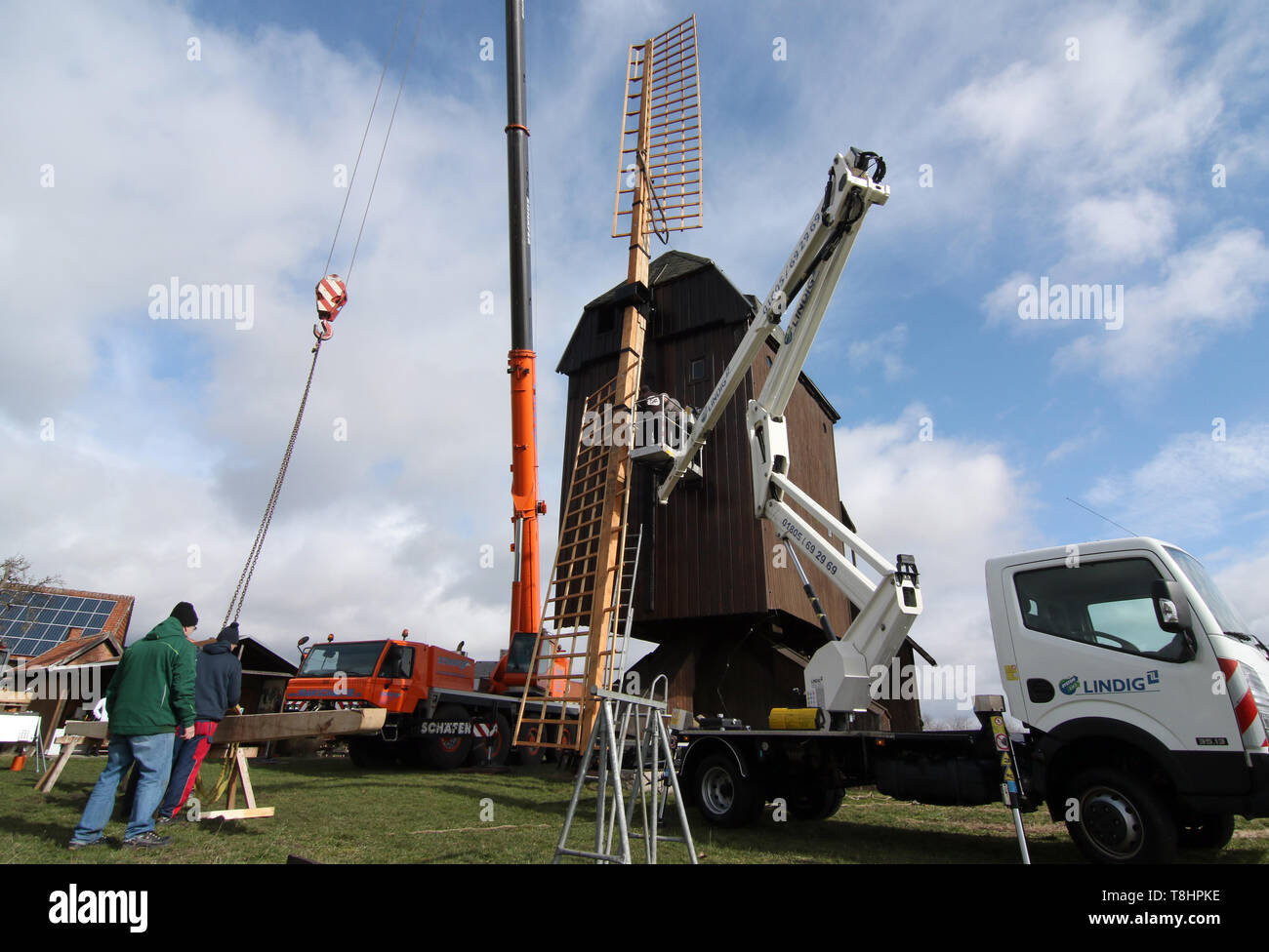 Danstedt, Germany. 11th Mar, 2019. Windmill blades are mounted at the Bockwindmühle in Danstedt. The functioning mill is more than 200 years old. Built in 1817, it was rebuilt after a fire in 1835. The mill was restored in 1989. Today it is run by an association and is also put into operation every year on the occasion of the traditional mill day. After a break in operations, the windmill is now getting new blades after 30 years. Credit: Matthias Bein/dpa-Zentralbild/ZB/dpa/Alamy Live News - Stock Image