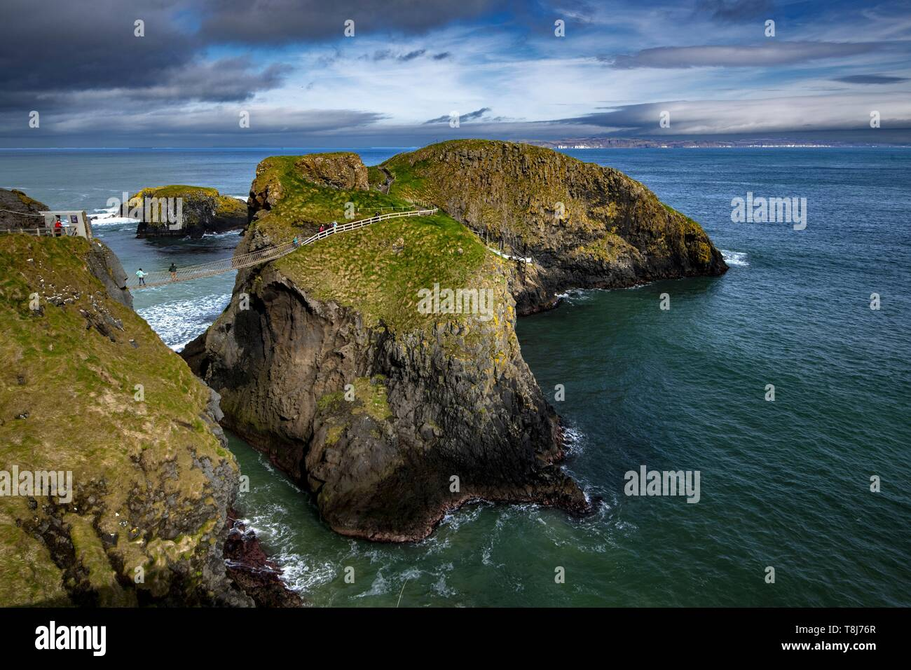 United Kingdom, Northern Ireland, Ulster, county Antrim, The Carrick-a-Rede rope bridge - Stock Image