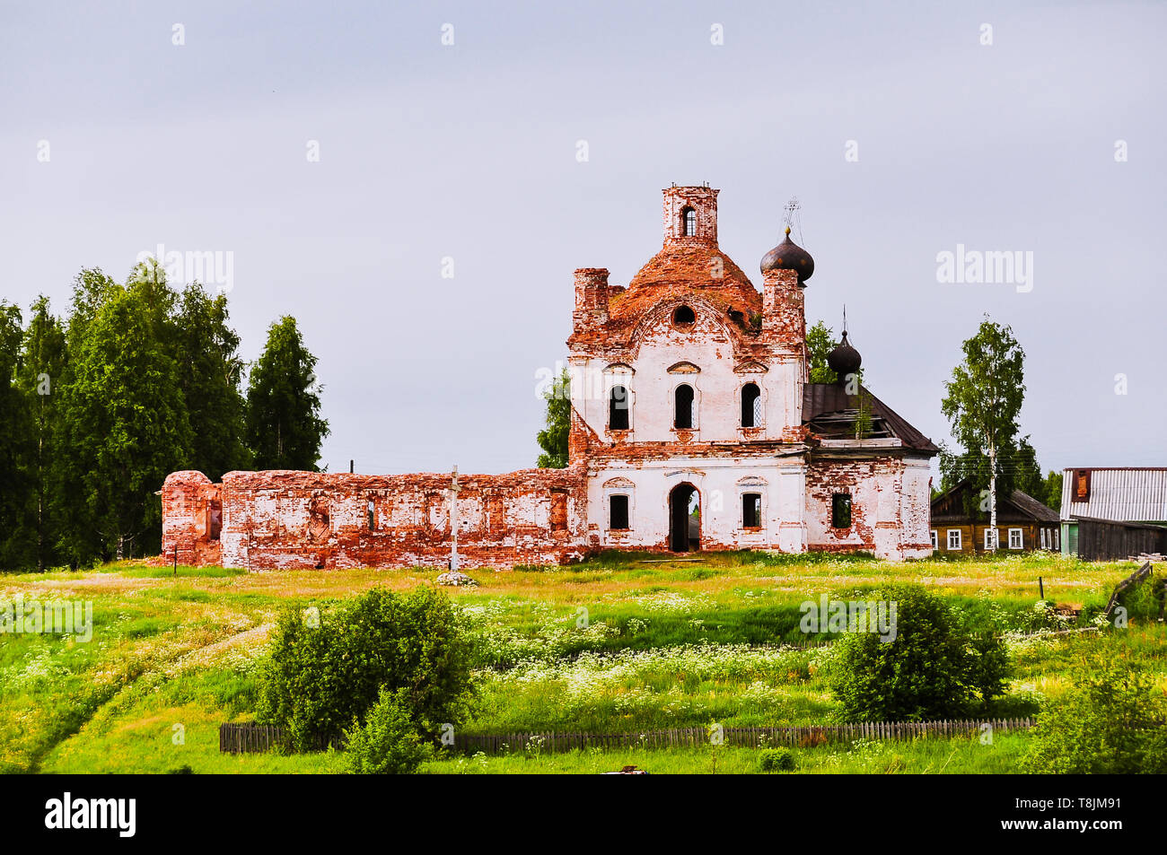 Old, abandoned crumbling church by the Volga-Baltic Waterway - Oblast, Russia - Stock Image