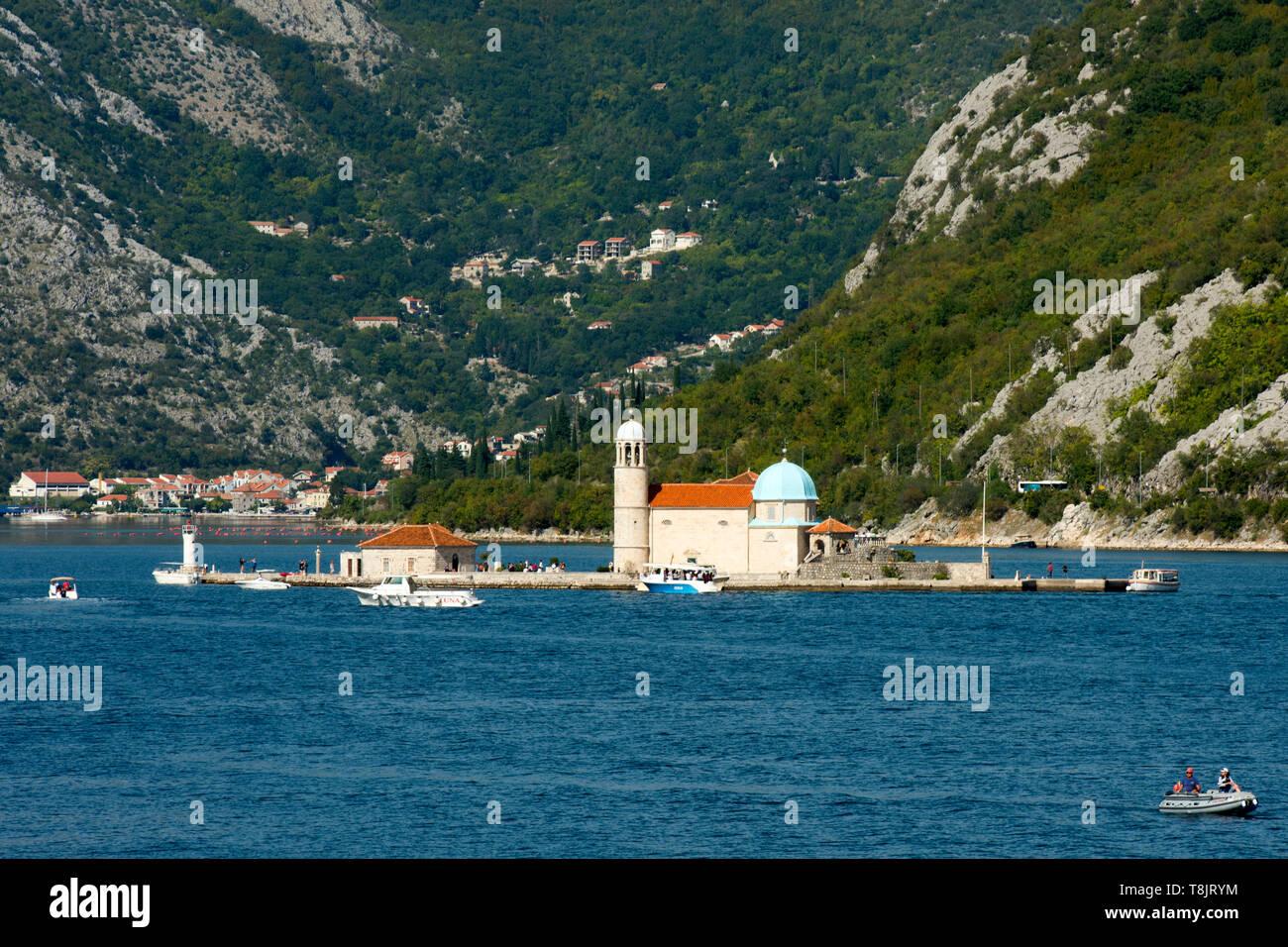Montenegro, Perast, künstliche Insel Gospa od Škrpjela (italienisch Madonna dello Scarpello, deutsch Maria vom Felsen) - Stock Image
