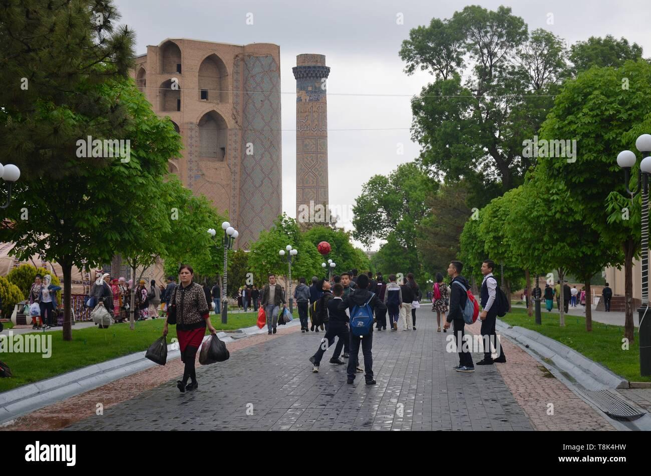 Samarkand, UNESCO Weltkulturerbe in Usbekistan: der Bibi Xanum Moscheen- und Mausoleumskomplexund die Fußgängerzone Stock Photo