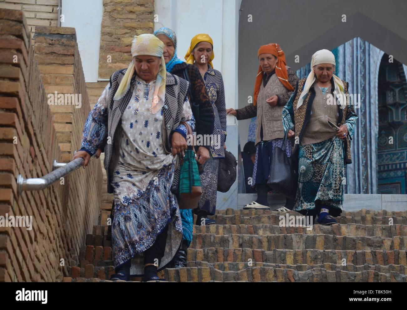 Samarkand, UNESCO Weltkulturerbe in Usbekistan: In der Totenstadt Shohizinda: Alte Frauen beim Abstieg Stock Photo