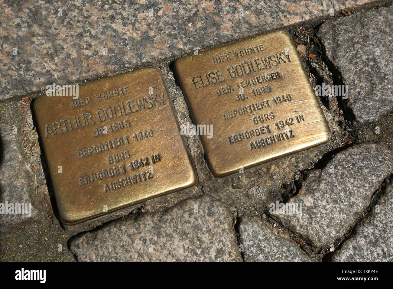 Germany, Baden Wurttemberg, Karlsruhe, Durlach, Durlach, small commemorative plaque in memory of Jewish deportees.They are placed at the address where the deportees lived - Stock Image