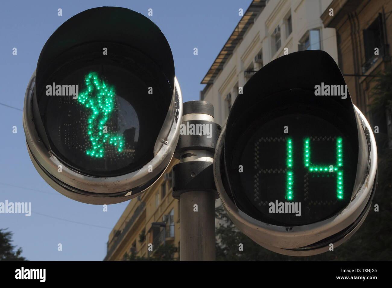 PEDESTRIAN CROSSING LIGHTS IN SANTIAGO - GREEN, WALK ACROSS, 14 SECONDS TO RED. - Stock Image