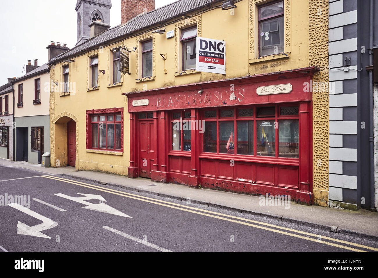 A closed down pub in Ennis, Ireland - Stock Image