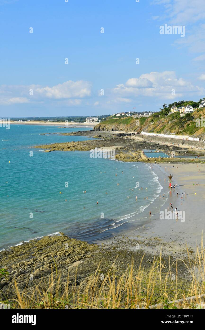 France, Manche, Cotentin, Granville, the Upper Town built on a rocky headland on the far eastern point of the Mont Saint Michel Bay, Plat Gousset beach and promenade - Stock Image