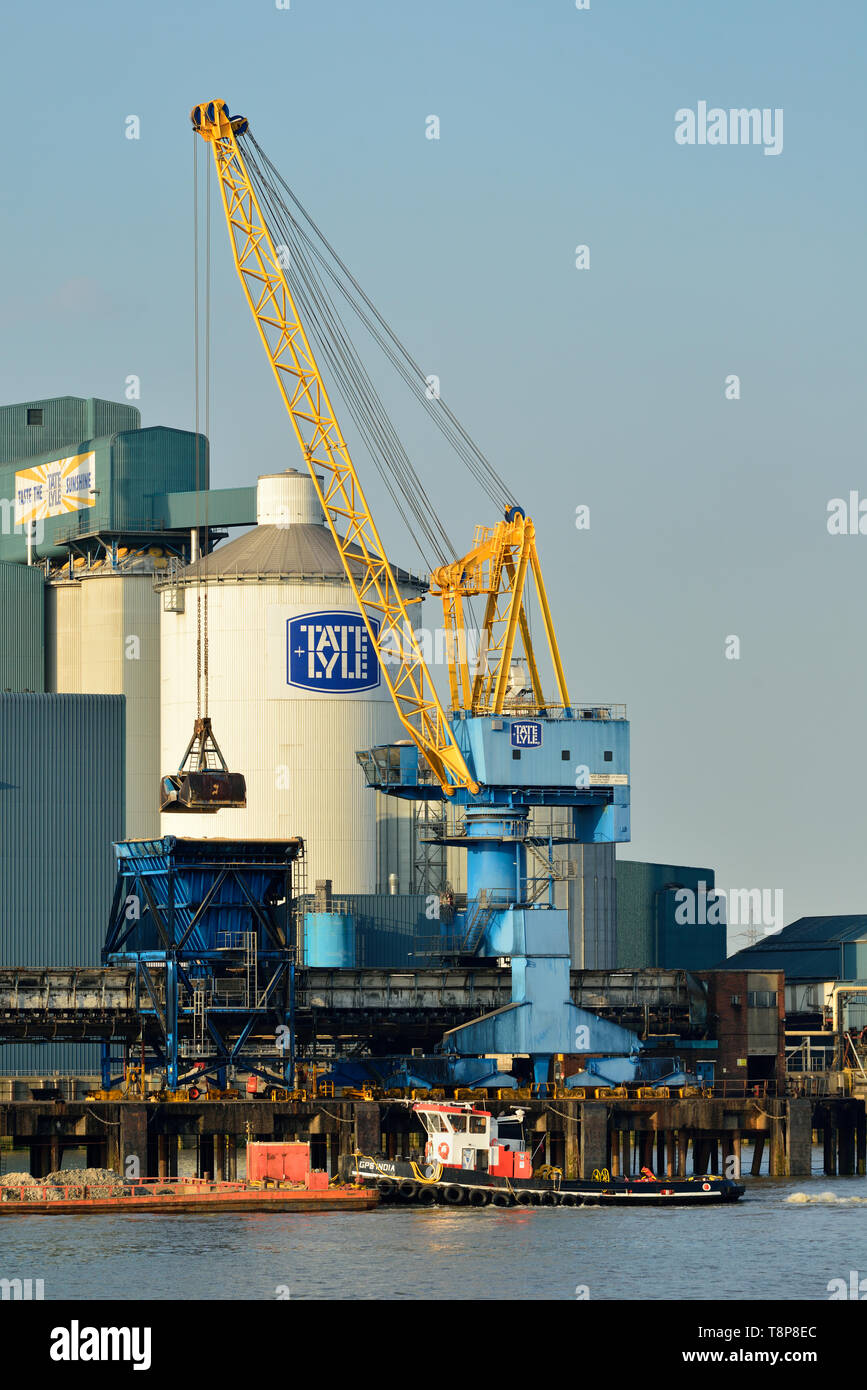 Loading Crane, Tate & Lyle sugar refinery, Thames River, Silvertown, East London, United Kingdom - Stock Image